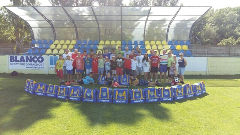 Futbalový klub ŠK Šoporňa s novými taškami